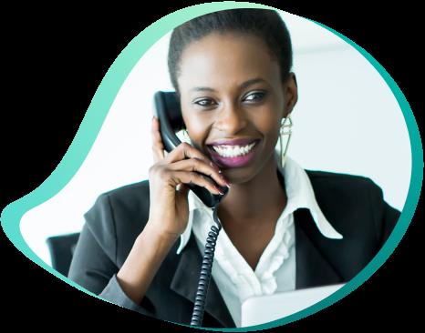 mulher negra ao telefone fixo