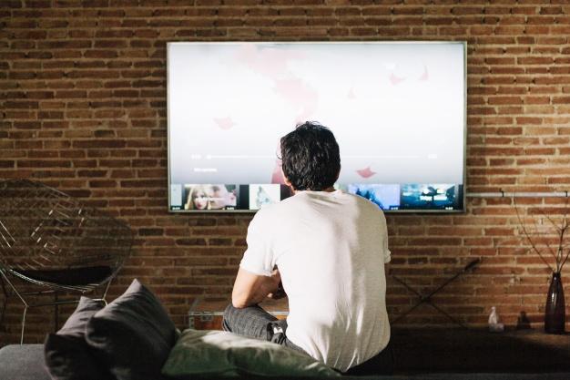 homem-branco-em-frente-a-tv