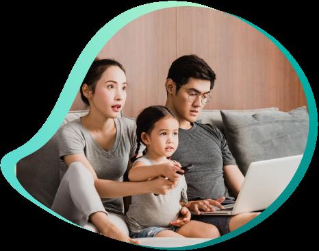 família consumindo serviço de combo tv e internet