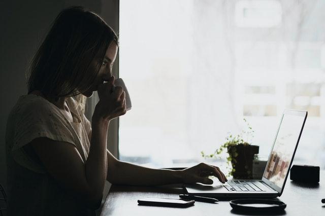 mulher-trabalhando-em-notebook