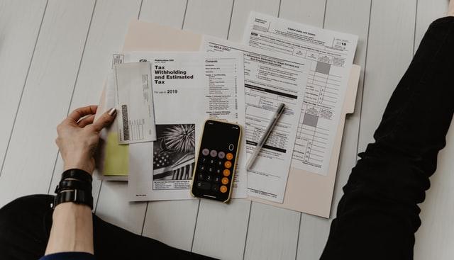 mulher-faz-contas-em-calculadora-de-celular