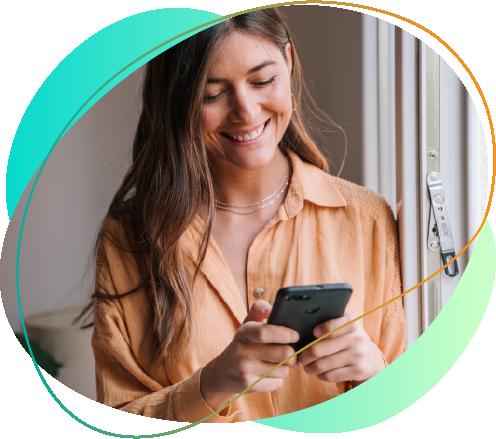 mulher usando celular pós pago